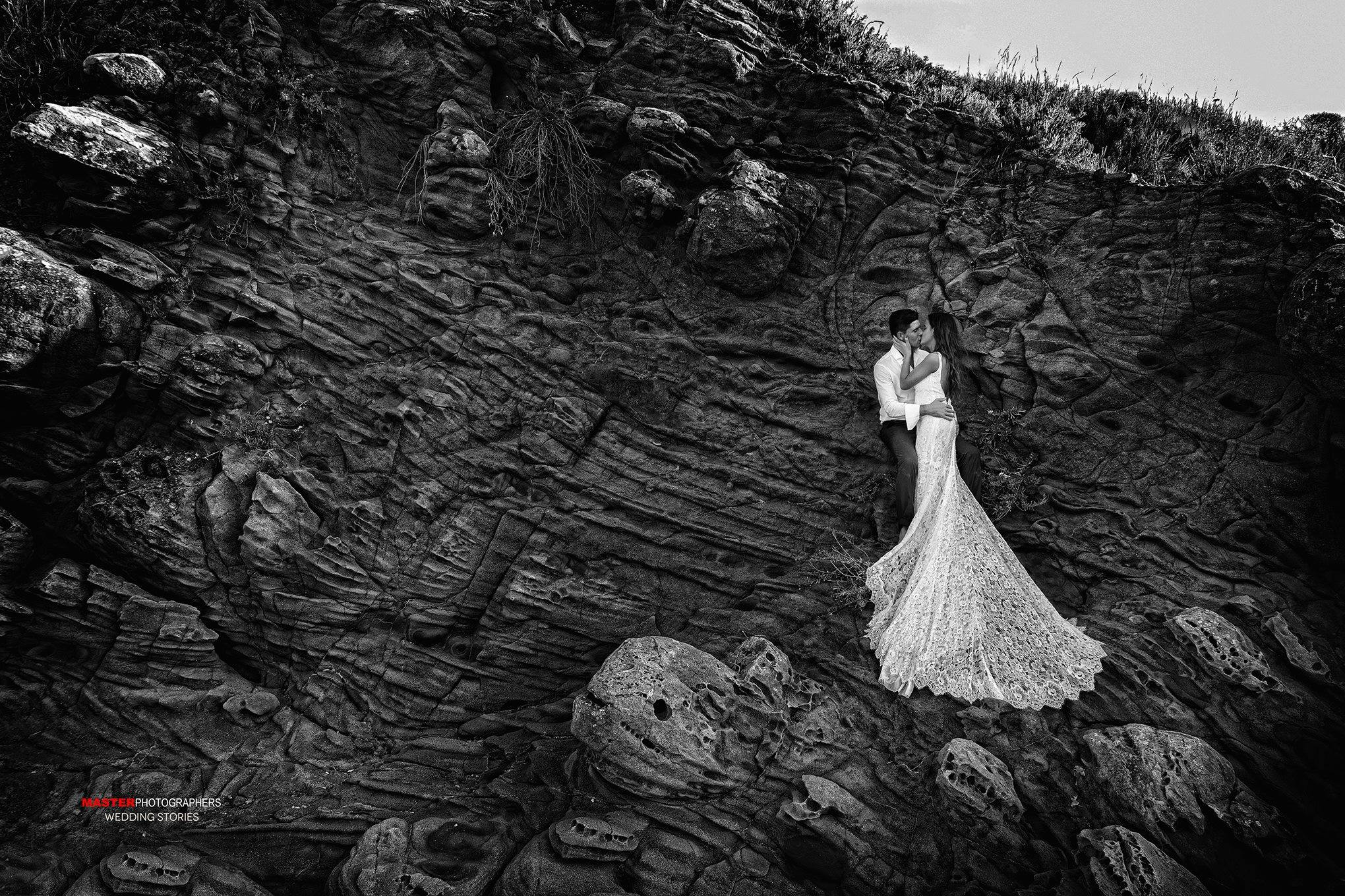 A kiss on the rocks - Sicily Wedding Destination