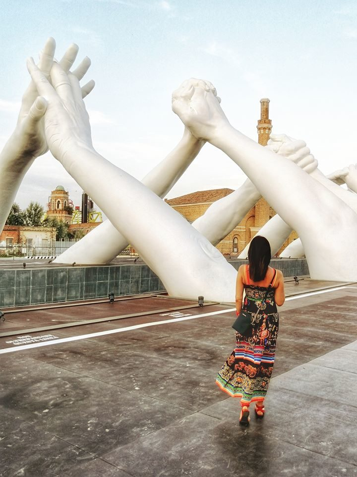 Giant Hands in venice by Lorenzo Quinn. Relational tourism in the time of Coronavirus